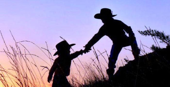 當我們向別人伸出援手時,就是在幫助我們自己